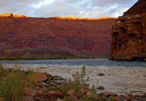 Couchant sur le Vermillion Cliff et riviere Colorado en bleu et Paria en brun