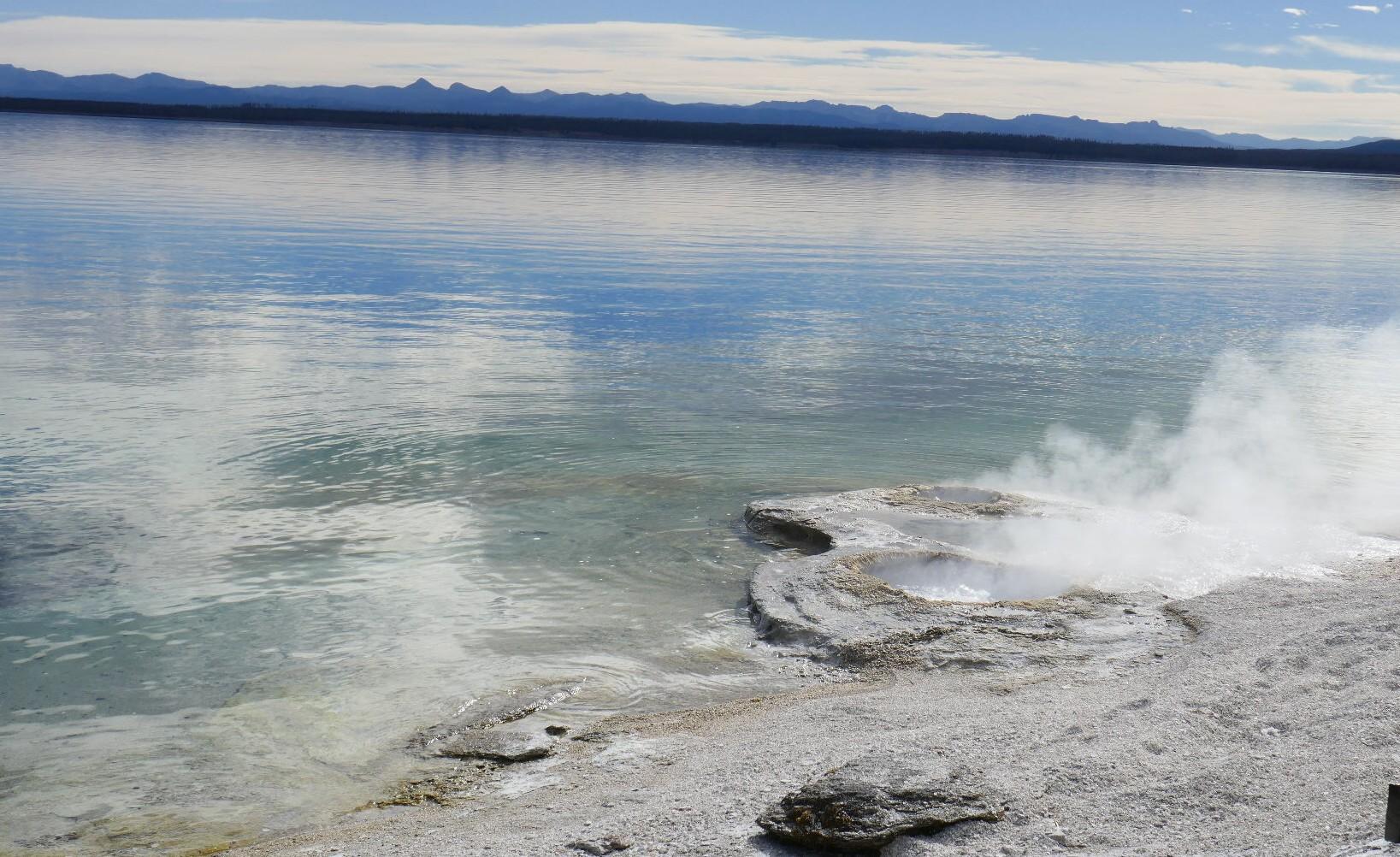 Geyser enbordure du Lac Yellowstone