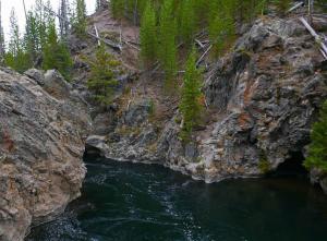 La rivière trace son chemin