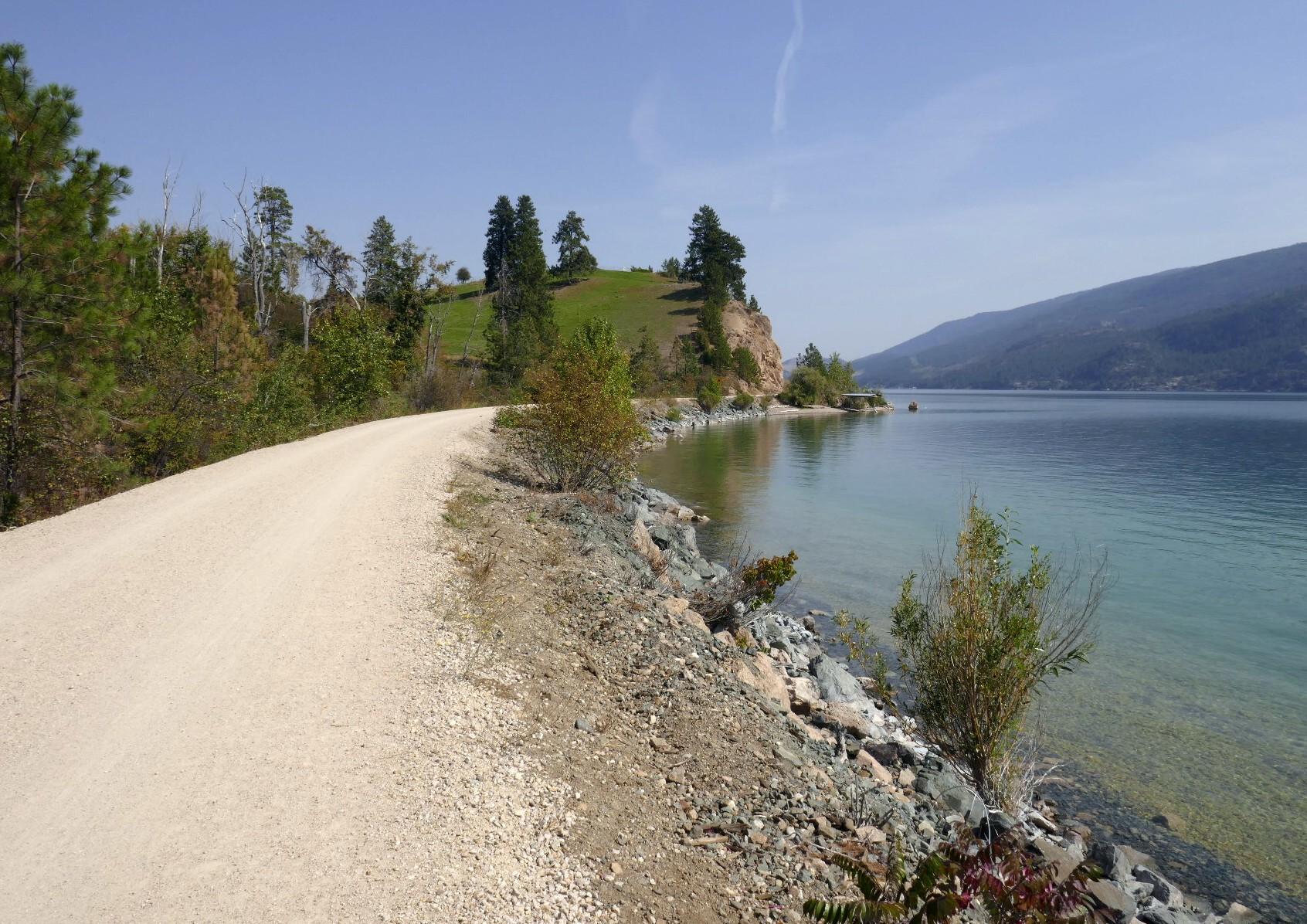 La route en vélo au bord des lac transparent