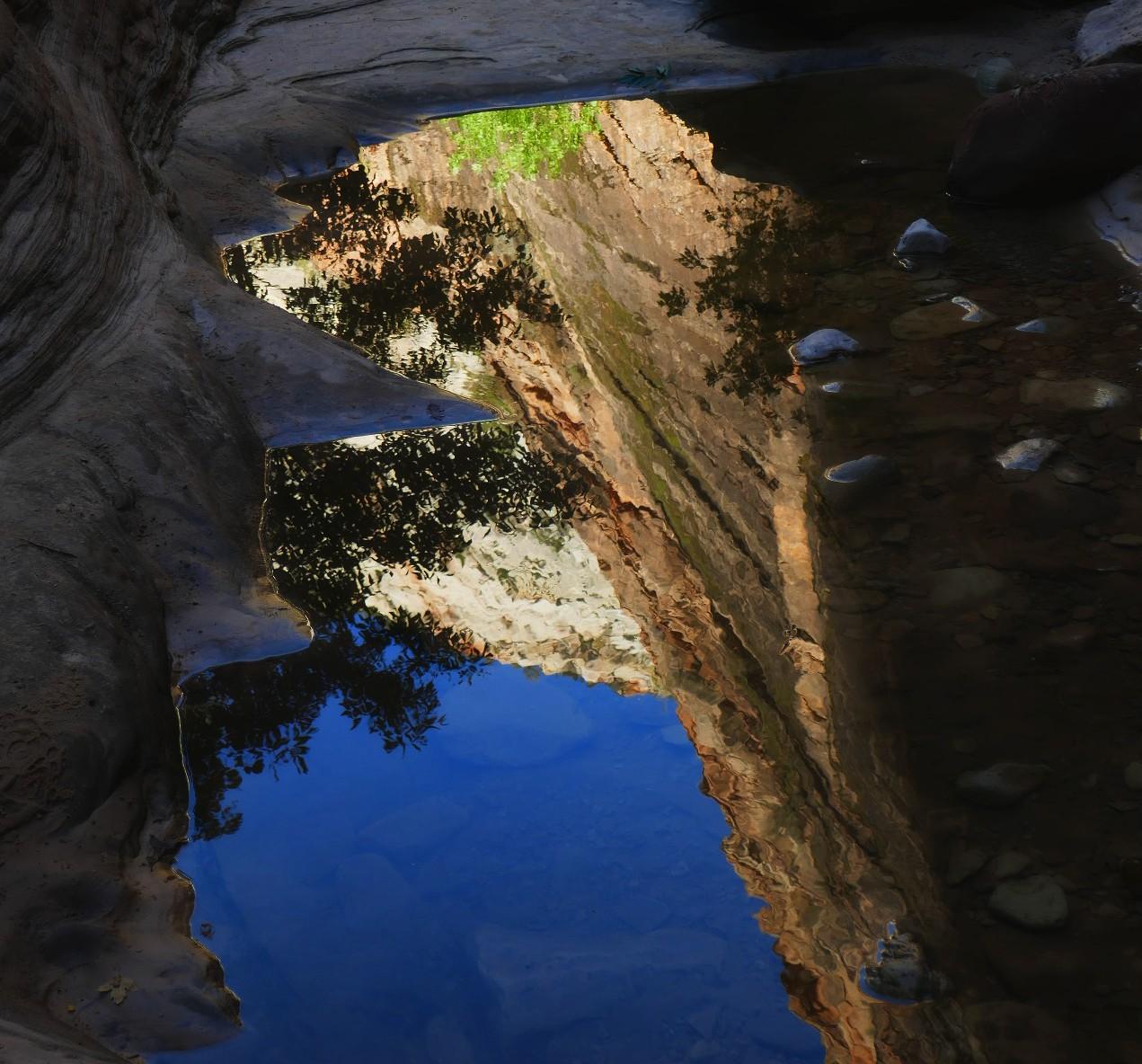 Reflexion sur l'eau du canyon