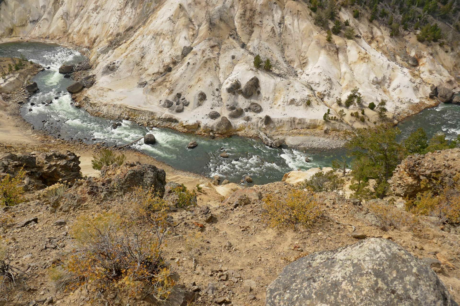 Source sulfureuse sur le bord de la rivière