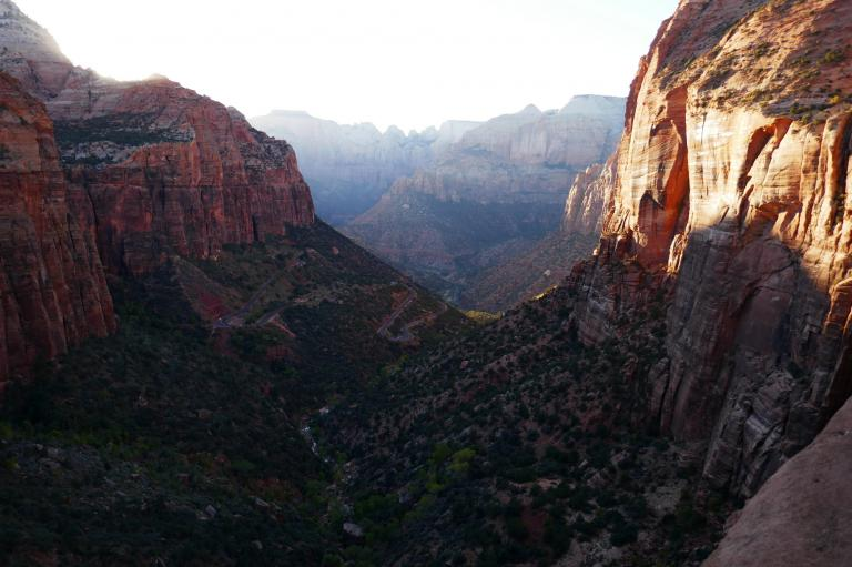Zion la route en épingle en sortant du canyon