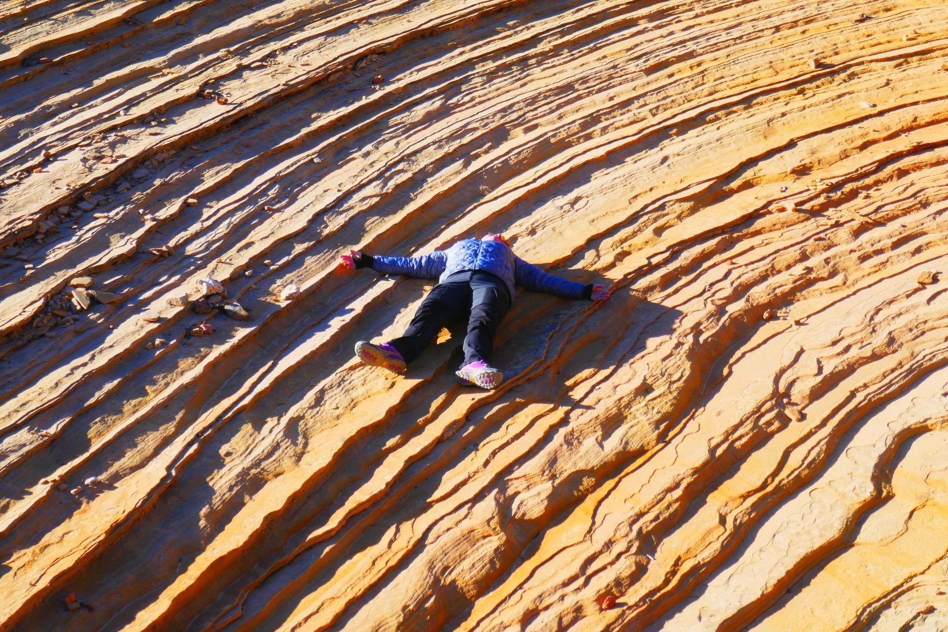 Elle se repose sur la roche de sable